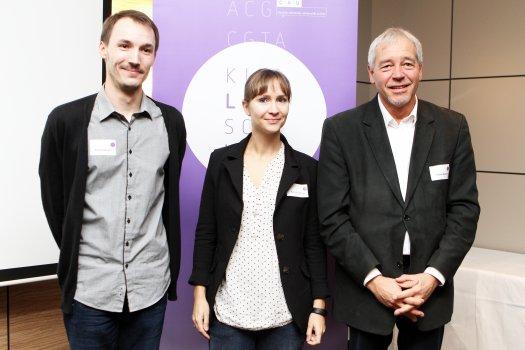 2016 wurden Dr. Eva Ellinghaus und Dr. Philipp Rausch mit den KLS-Postdoc Awards ausgezeichnet. Mit ihnen freute sich KLS-Sprecher Prof. Thomas Bosch (rechts). Foto: Christian Urban, Universität Kiel